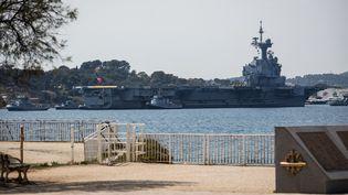 """Leporte-avions français """"Charles-de-Gaulle"""" entre dans le port de Toulon (Var), le 12 avril 2020. (FRANCK BESSIERE / HANS LUCAS / AFP)"""