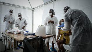 Une femme échange avec le personnel soignant lors d'un dépistage, le 24 juillet 2020 à Arcachon (Gironde). (PHILIPPE LOPEZ / AFP)