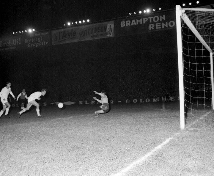 Le gardien défend son but, le 13 juin 1956 au Parc des Princes à Paris, lors d'un match opposant le Real Madrid au Stade de Reims (4-3) comptant pour la finale de la coupe d'Europe des clubs champions. (AFP)