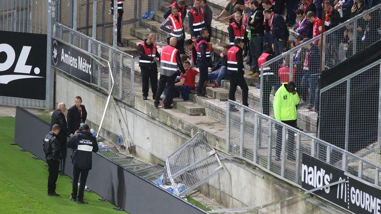 La barrière qui a cédé au Stade de la Licorne (FRED HASLIN / MAXPPP)