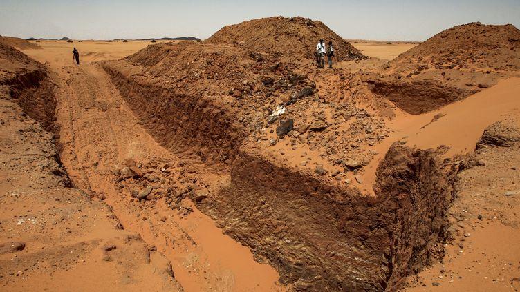 Une vaste tranchée creusée par des chasseurs d'or sur le site dévasté de Jabal Maragha, vieux de deux millénaires, dans le désert de Bayouda à quelque 270 kms au nord de la capitale soudanaise Khartoum le 20 août 2020. (EBRAHIM HAMID / AFP)