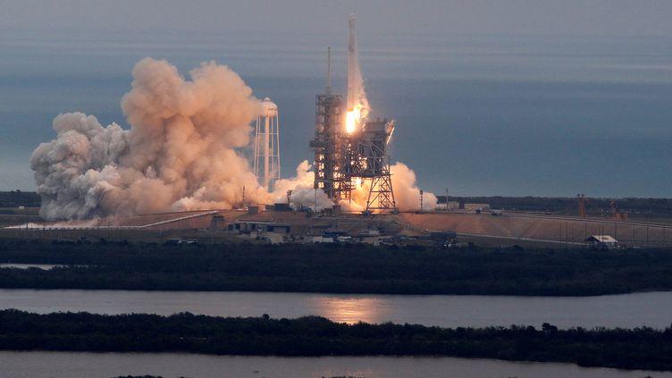 Le lanceur Falcon 9 de la société américaine SpaceX décolle du pas de tir du Centre spatial Kennedy de Cape Canaveral en Floride (Etats-Unis), le 19 février 2017. (JOE SKIPPER / REUTERS)