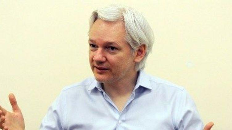Le fondateur de Wikileaks, Julian Assange, parle aux médias à l'intérieur de l'ambassade équatorienne à Londres, le 14 juin 2013. (AFP PHOTO/POOL/ANTHONY DEVLIN)