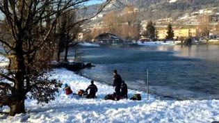 Capture d'écran des secouristes au bord du lac de Thyez, en Haute-Savoie, le 9 février 2015, où deux adolescents sont morts noyés. ( FRANCE 3)