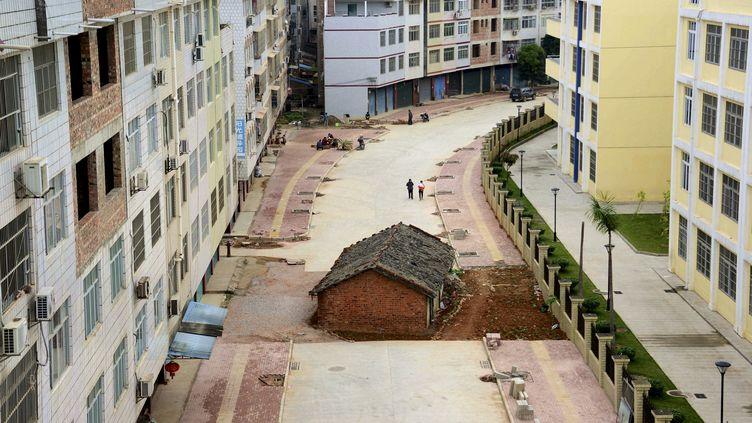 """Les propriétaires de cette """"maison clou"""" de Nanning, ville du sud de la Chine, refusent sa destruction et bloquent l'achèvement de la route. (REUTERS)"""