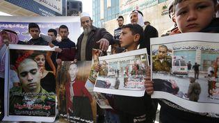 La familled'Abdel Fattah Al Sharif et des Palestiniens manifestent à Hébron (Cisjordanie) le 21 février 2017, suite à la condamnation à 18 mois de prison à l'encontre d'Elor Azaria, ce soldat israélien reconnu coupable du meurtred'Abdel Fattah Al Sharif. (HAZEM BADER / AFP)