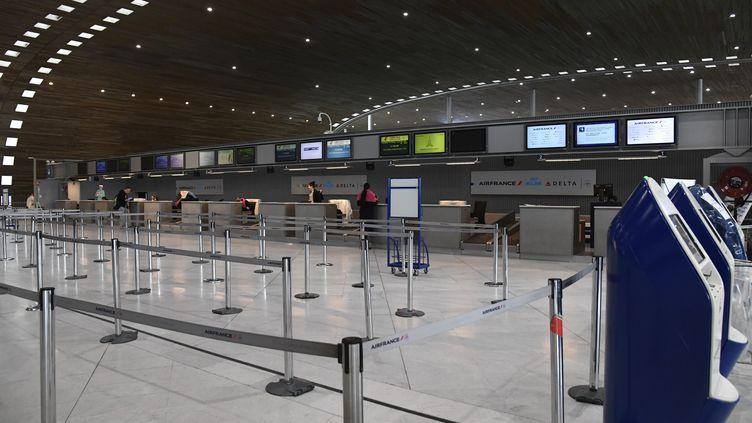 Le comptoir de la compagnie Air France, à l'aéroport de Roissy-Charles-de-Gaulle, le 12 mars 2020. (BERTRAND GUAY / AFP)