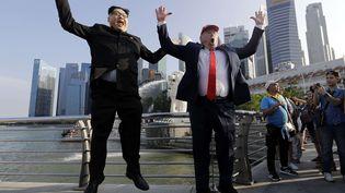 Les sosies de Kim Jong-un et Donald Trump, Howard X et Dennis Alan, posent pour une photo à Singapour, le 8 juin 2018. (WONG MAYE-E / SIPA)