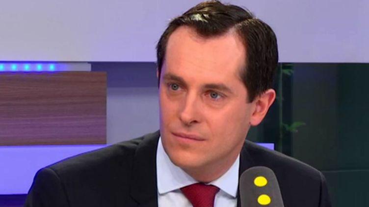 Nicolas Bay,secrétaire général du Front national, sur le plateau de franceinfo. (franceinfo)