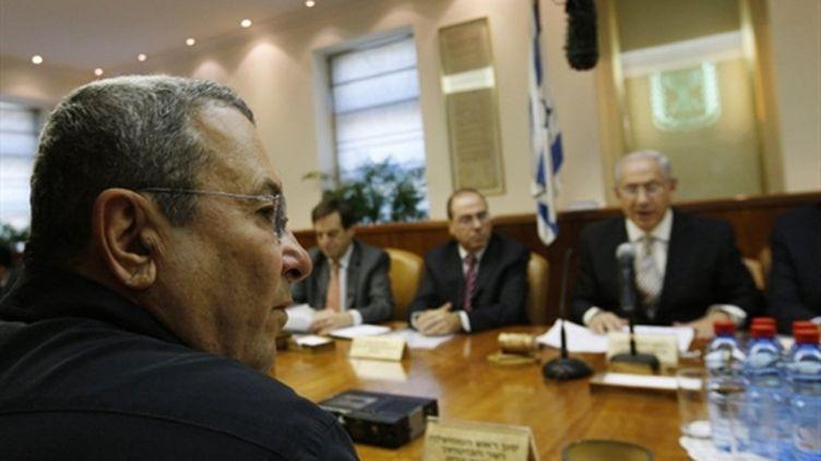 Le ministre de la Défense E. Barak assis en face de B. Netanyahu lors de la réunion du cabinet israélien (AFP - POOL - BAZ RATNER)