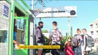 Il y a deux semaines, plus de 220 000 élèves devaient faire leur rentrée à La Réunion. Mais beaucoup de retours en classe ont été reportés. (FRANCEINFO)