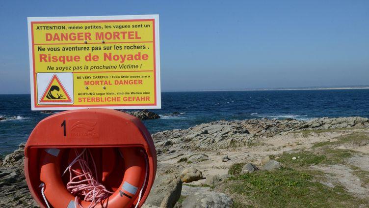 Un panneau d'avertissement affiché sur le littoral de Penmarc'h en Bretagne. (ST?PHANE GUIH?NEUF / MAXPPP)