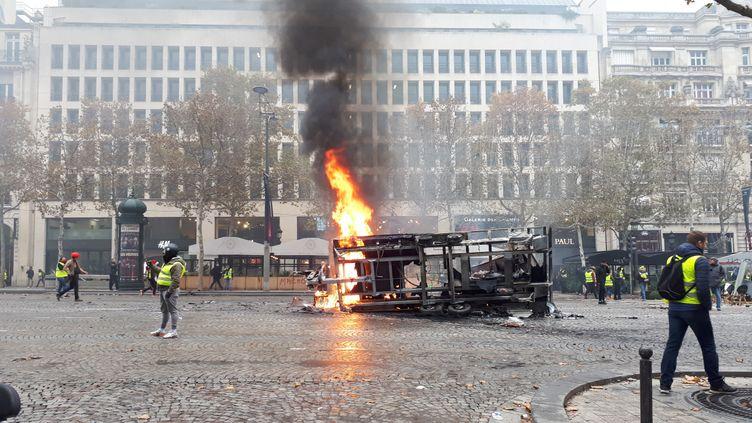 """Une remorque incendiée a explosé sur les Champs-Elysées sans faire de blessé, samedi 24 novembre, lors de la manifestation des """"gilets jaunes"""" à Paris. (BENJAMIN ILLY / FRANCE INFO)"""