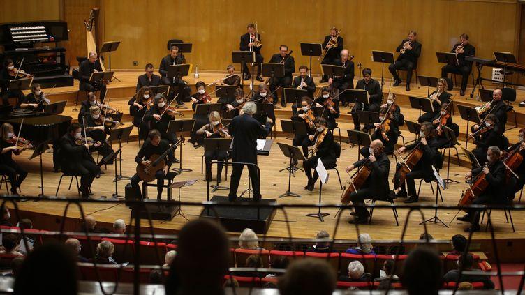L'Orchestre de Douai (dirigé parJean-Jacques Kantorow) et le guitariste Thibault Cauvin en concert le 13 octobre 2020. (FRANCOIS GREUEZ / SIPA)