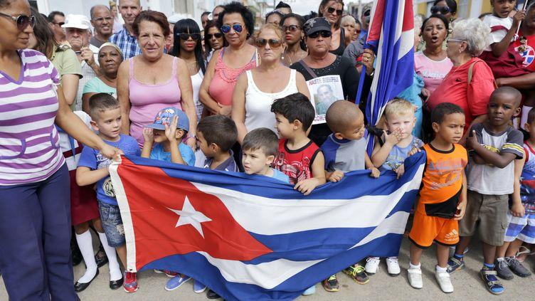 A Cuba, manifestation de deuil dans la ville de Cardenas après l'annonce de la mort de Fidel Castro.La Martinique aussi, en voisine caribéenne, a rendu hommage au dictateur cubain en mettant en berne quelques drapeaux. (SVEN CREUTZMANN/MAMBO PHOTO / GETTY IMAGES SOUTH AMERICA / GETTY IMAGES)