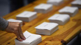 Des bulletins dans un bureau de vote à Rennes(Ille-et-Vilaine), le 23 avril 2017. (DAMIEN MEYER / AFP)