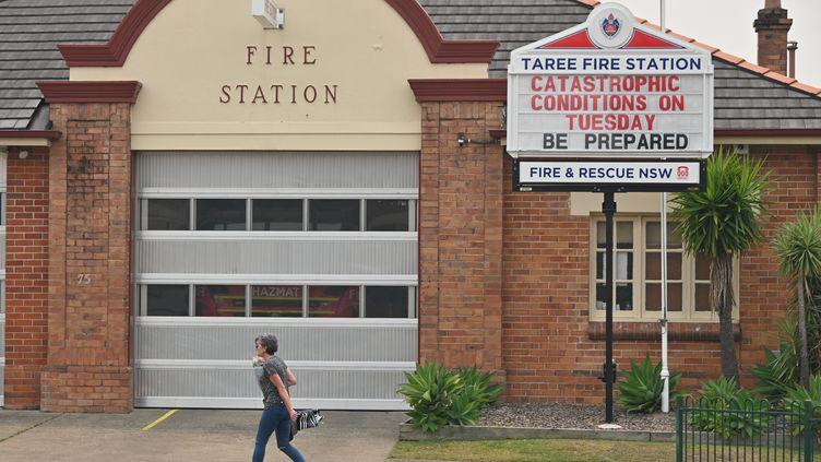 """Un panneau indiquant """"situation catastrophique mardi : soyez préparés"""" devant la caserne de pompier de Taree, à 350km au nord de Sydney, en Australie, le 11 novembre 2019. (PETER PARKS / AFP)"""