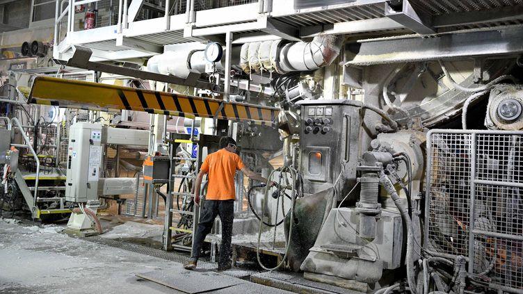 Un salarié de l'usine Essity de Gien (Loiret), le 16 novembre 2018. (MAXPPP)