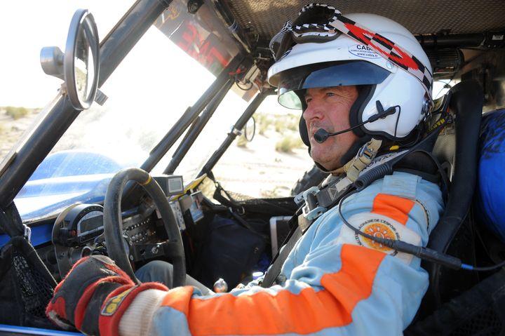 Le Français Hubert Auriol est photographié au départ de la 6e étape entre Boulanouar et Guelb Agantour de la troisième édition de l'Africa Eco Race le 4 janvier 2011.   (FREDERICK FLORIN / AFP)