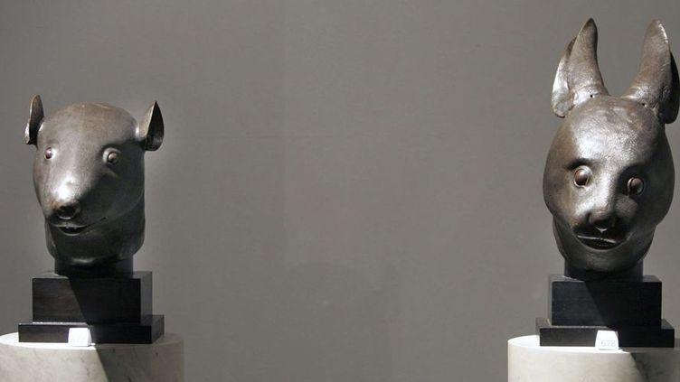 Deux statues en bronze, une tête de rat et une tête de lapin, appartenant à la collection d'Yves Saint Laurent et Pierre Bergé, lors de leur présentation au Grand Palais (21/2/2009)  (Rémy de la Mauvinière / AP / Sipa)