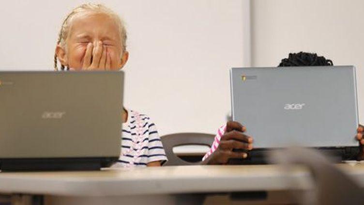 Des élèves en train de travailler à l'ordinateur dans une école de San Diego (Californie) le 8-10-2013. (Reuters - Mike Blake)