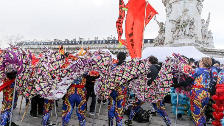 Un défilé en l'honneur du nouvel an chinois place de la République à Paris, le 10 février 2019. (MICHEL STOUPAK / NURPHOTO / AFP)