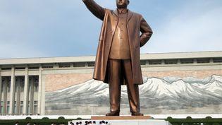 Un groupe de touristes au pied de la statue de Kim Il Sung à Pyongyang (Corée du Nord), le 30 août 2007. (MCT / TRIBUNE NEWS SERVICE / GETTY IMAGES)