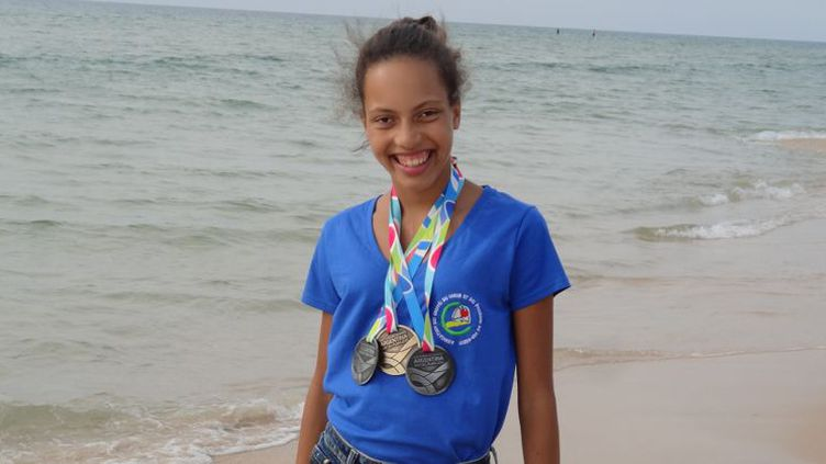 Marine Eraville avec ses médailles obtenues aux Jeux mondiaux des transplantés, en 2015. (SYLVIE ERAVILLE)