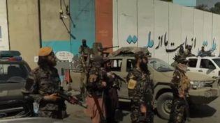 En Afghanistan, les talibans contrôlent la capitale depuis trois semaines. Si les combattants tentent de maîtriser leur image, ils paradent en ville, armés. Une équipe de journalistes de France 2 a pu suivre l'une de leurs patrouilles dans la capitale. (FRANCE 2)