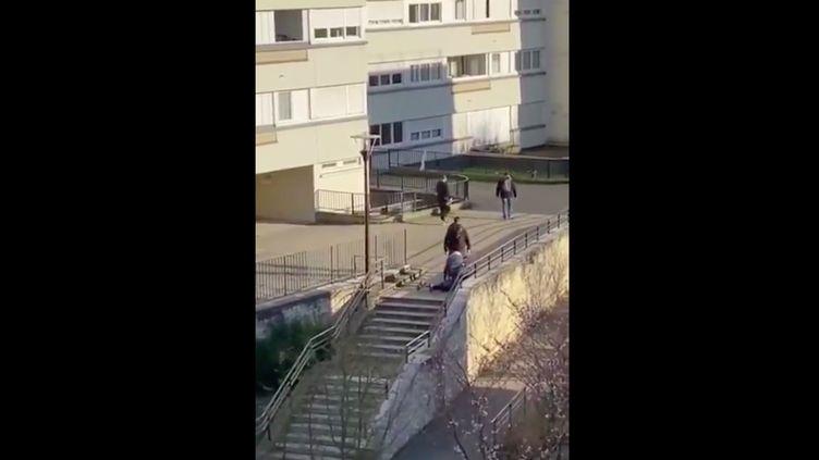 Capture d'écran de la vidéo de l'interpellation de Sofiane aux Ulis (Essonne),le 24 mars 2020, publiée sur les réseaux sociaux. (SIHAME ASSBAGUE / TWITTER)