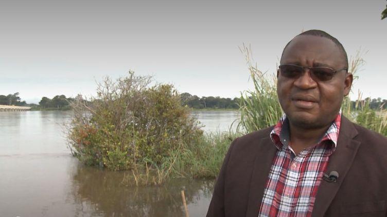 Au Cameroun, un ophtalmologue se rend de village en village pour soigner les habitants dans le besoin. (FRANCEINFO)