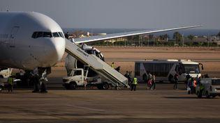 Des touristes russes descendent d'un vol à l'aéroport de Charm el-Cheikh (Egypte), vendredi 6 novembre. Plus tard ce même jour, le Kremlin a décidé de suspendre tous les vols russes à destination de l'Egypte. (MOHAMED EL-SHAHED / AFP)