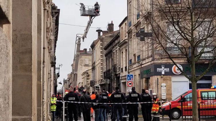 Un important dispositif a été déployé rue Borie à Bordeaux après l'explosion samedi 7 février 2021. (MARGOT TURGY / RADIO FRANCE)