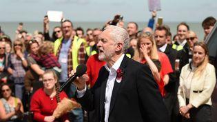 Jeremy Corbyn, ici en meeting à Colwyn Bay le 7 juin, aurait les faveurs des jeunes, selon les derniers sondages pour les législatives. (OLI SCARFF / AFP)