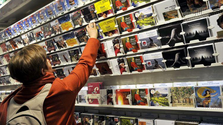 Une cliente dans le rayon musique d'un hypermarché Leclerc, à Nantes (Loire-Atlantique). (ALAIN LE BOT / PHOTONONSTOP / AFP)