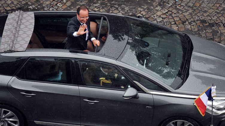 François Hollande sur les Champs-Élysées le jour de son investiture, le 15 mai 2012, à bord de sa Citroën DS 5. (ALAIN JOCARD / AFP)