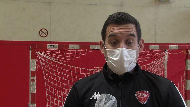 Selon Josse Gautier, le directeur technique du Grenoble Saint-Martin handball 38, le couvre-feu va encore mettre plus en difficulté les clubs de sport amateurs. (France Télévisions)
