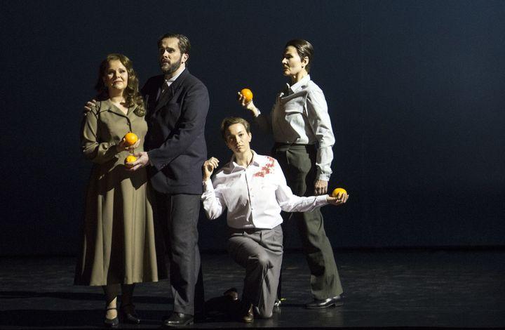 Eve (Birgitte Christensen), Adam (Thomas Walker), Abel (Olivia Vermeulen) et Caïn (Kristina Hammarström).  (Bernd Uhlig / Opéra national de Paris)