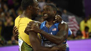 Usain Bolt et Justin Gatlin après la finale du 100 m aux Mondiaux d'athlétisme de Londres, le 5 août 2017. (DYLAN MARTINEZ / REUTERS)