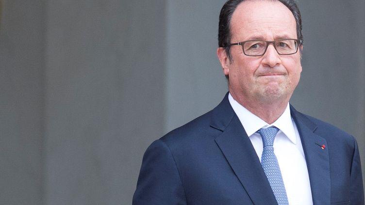 François Hollande sur le perron de l'Elysée (Paris), le 15 septembre 2016, à l'occasion de la visite de la chancelière allemande Angela Merkel. (GEOFFROY VAN DER HASSELT / ANADOLU AGENCY / AFP)