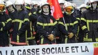 Les pompiers manifestent contre les réductions d'effectifs dans le service public, le 19 novembre 2016 à Brest (Finistère). (FRED TANNEAU / AFP)