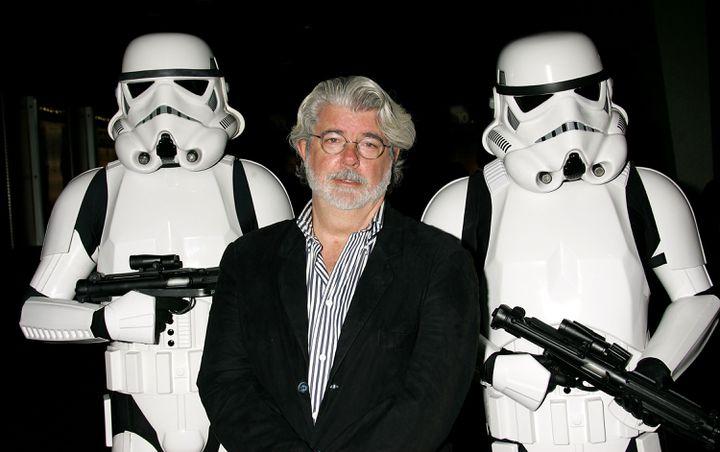 George Lucas, entouré par deux stormtroopers, le 3 octobre 2007 à Los Angeles (Etats-Unis). (GETTY IMAGES)