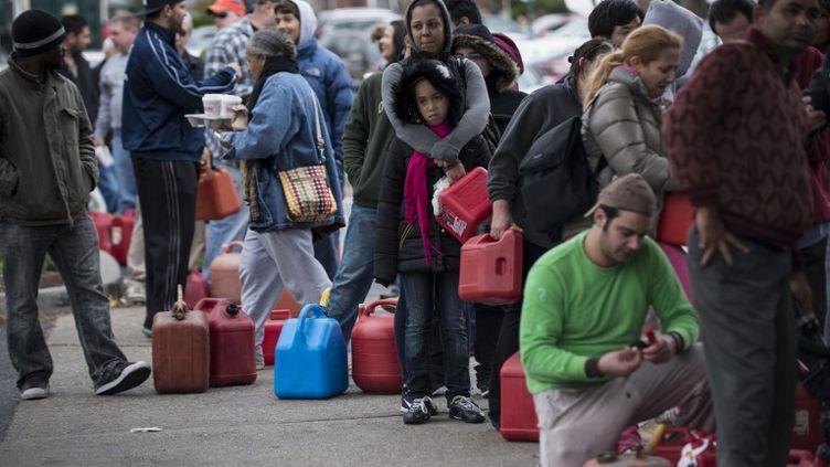 Des habitants de Fort Lee, dans le New Jersey, font la queue devant une station-service, le 1er Novembre 2012. (BRENDAN SMIALOWSKI / AFP)
