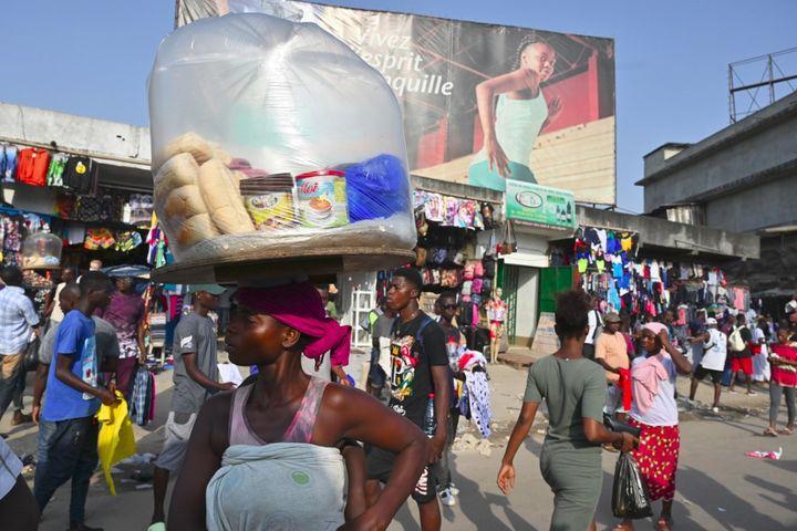 A Abobo, quartier populaire d'Abidjan, en Côte d'Ivoire, les mesures de distanciation sociale sont peu respectées. Photo prise le 16 avril 2020. (ISSOUF SANOGO / AFP)