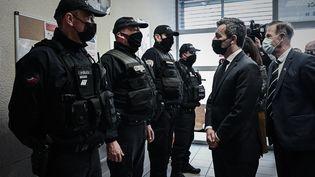 Gérald Darmanin visite un commissariat de police dans le quartier des Aubiers, à Bordeaux (Gironde), le 25 mars 2021. (PHILIPPE LOPEZ / AFP)