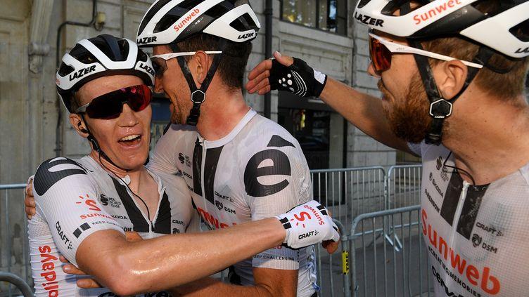 L'équipe Sunweb célèbre la victoire du Danois Soren Kragh Andersen (à gauche). (FRANCK FAUGERE / POOL)