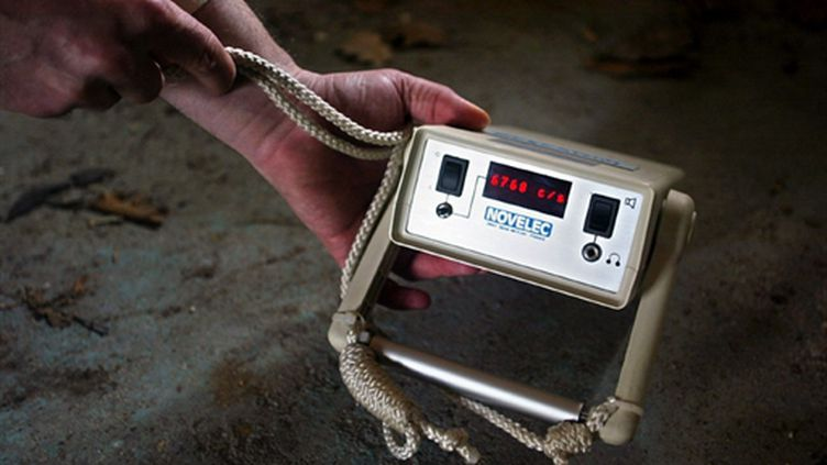 Un appareil de mesure de la radioactivité de la Criirad enregistrant un flux de rayon gamma. (AFP/MARTIN BUREAU)