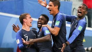 Les Français célèbrent le but de Samuel Umtiti face à la Belgique, lors de la demi-finale le 10 juillet 2018 à Saint-Pétersbourg, en Russie. (CHRISTIAN CHARISIUS / DPA)