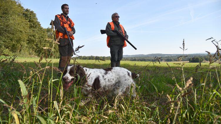 Des chasseurs à l'ouverture de la chasse, à Lamnay (Sarthe), le 24 septembre 2017. (JEAN-FRANCOIS MONIER / AFP)