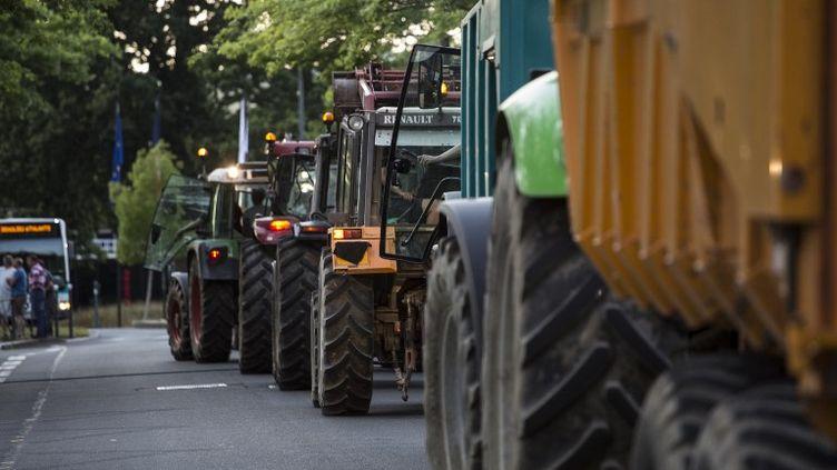 Un barrage d'agriculteurs à Rennes (Ille-et-Vilaine), le 2 juillet 2015. (CITIZENSIDE/EMMANUEL BROSSIER / CITIZENSIDE.COM / AFP)